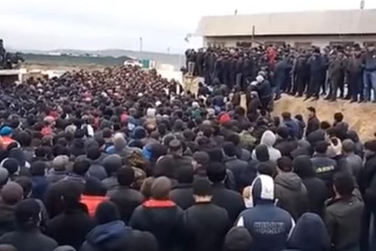 В Дагестане ОМОН и Нацгвардия живым щитом блокируют автопробег протестующих дальнобойщиков