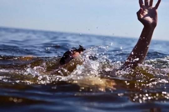 Один ребенок найден мертвым вКаспийском море, еще двоих ищут cотрудники экстренных служб